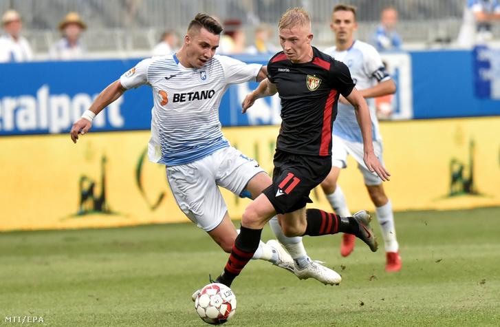 Vladiszlav Kulacs a Budapest Honvéd (j) és Alexandru Mateiu a CSU Craiova játékosa a labdarúgó Európa-liga selejtezője második fordulójának visszavágó mérkőzésén Craiovában 2019. augusztus 1-jén.