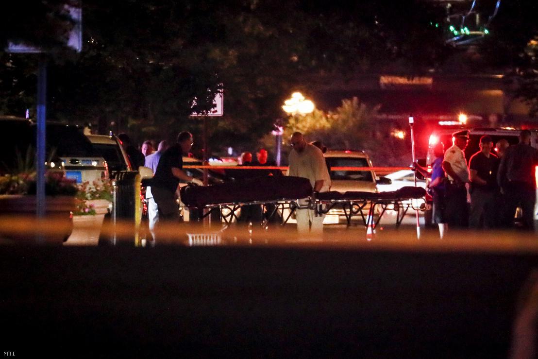 Az áldozatok holttesteit viszik hordágyon az Ohio állambeli Daytonban elkövetett lövöldözés helyszínéről 2019. augusztus 4-én hajnalban.