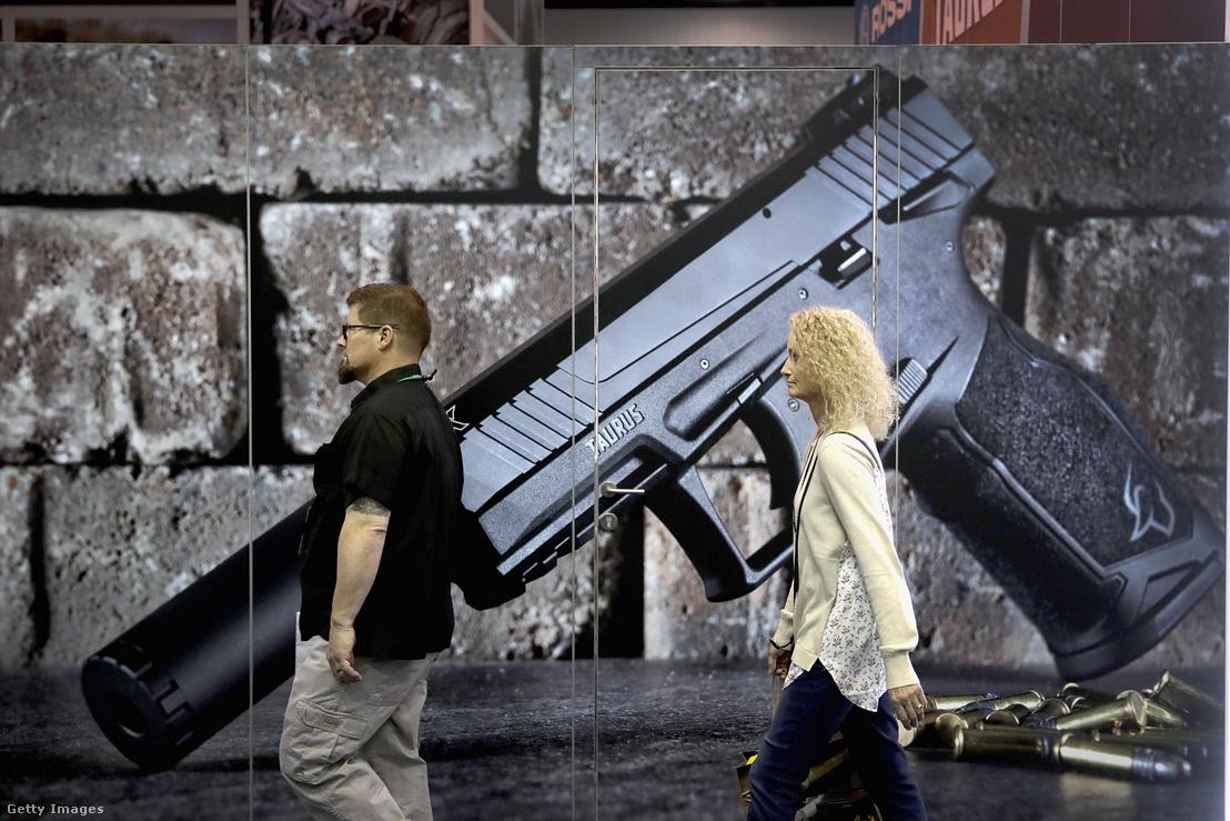 Látogatók az NRA éves fegyverkiállításán Indianapolisban 2019. április 27-én.