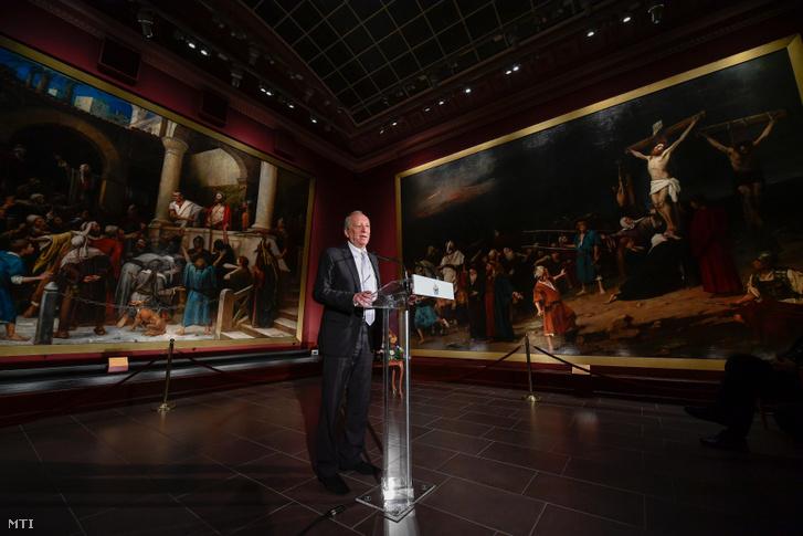 Pákh Imre műgyűjtő beszédet mond a magyar kultúra napján tartott Debrecen Kultúrájáért Alapítvány díjátadóján a debreceni Déri Múzeum Munkácsy-termében 2019. január 22-én.