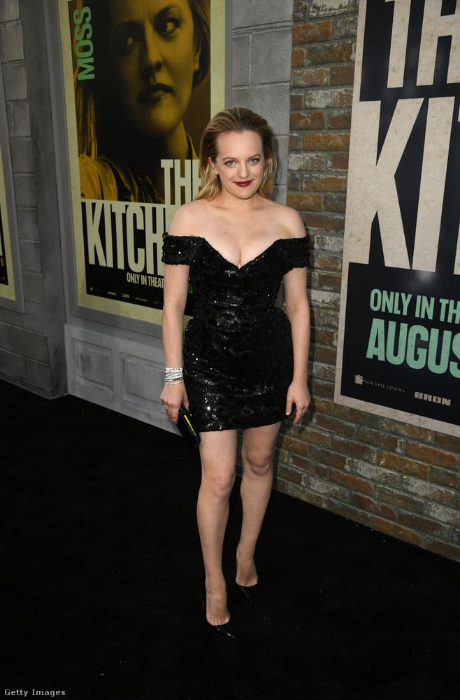 A színésznő boldogan tipegett végig a vörös szőnyegen, élvezte a figyelmet, amit nem is részben a ruhájának köszönhetett