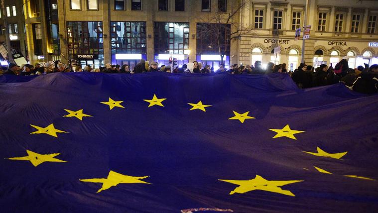 Még mindig jobban bízunk az EU-ban, mint a kormányban