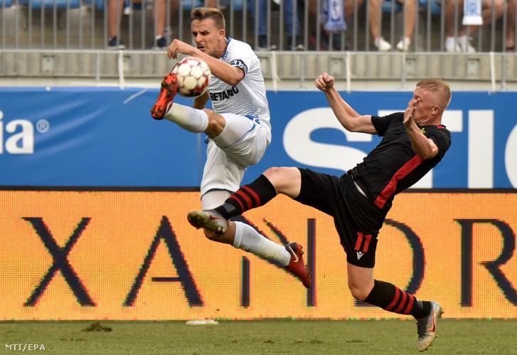 Vladiszlav Kulacs a Budapest Honvéd (j) és Nicusor Bancu a CSU Craiova játékosa a labdarúgó Európa Liga-selejtező második fordulójának visszavágó mérkőzésén Craiovában 2019. augusztus 1-jén.