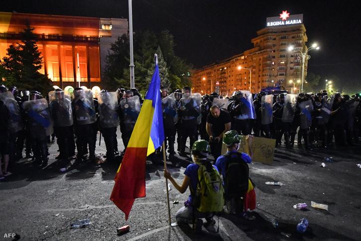 Tüntetők a kormányzat ellen romániában a bukaresti kormányzati épület előtt 2018. augusztus 10-én