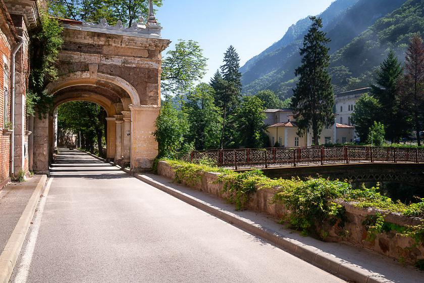 Ma már üres, de egykor turizmusra rendezték be: Herkulesfürdőn Sissinek is volt saját villája, a hotelek száma pedig 8-12 közt lehetett.