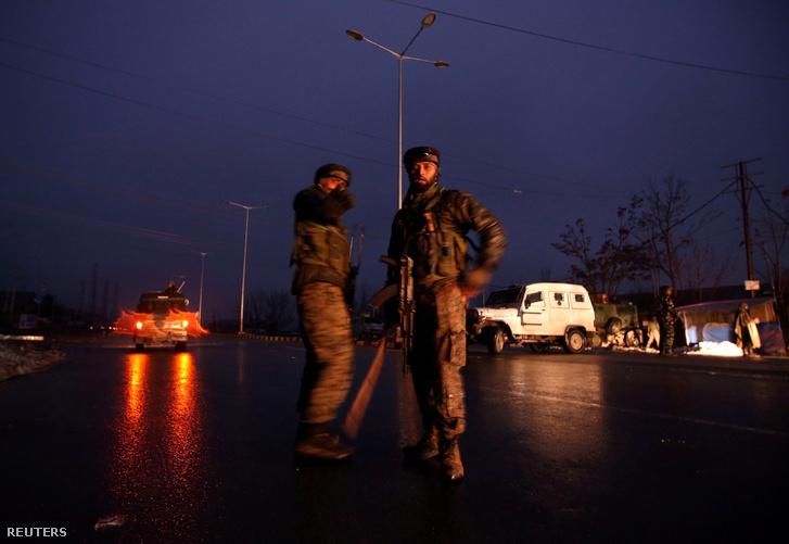 Indiai katonák Kashmirban