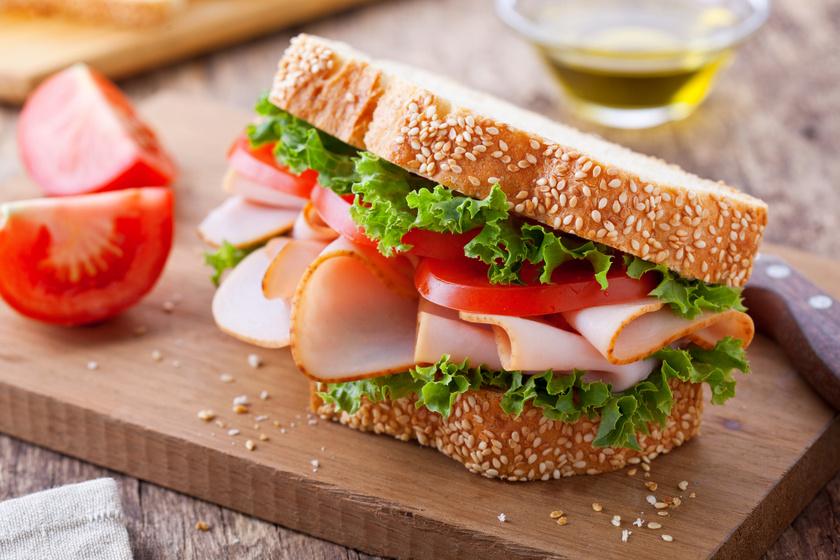 A szendvics készüljön teljes kiőrlésű kenyérrel, mert az sokáig energiát biztosít, és nem lassítja az emésztést, mint a fehér liszt. Kerüljön bele jó minőségű húsból felvágott, melynek magas az agy számára fontos fehérjetartalma, és persze vitamindús, friss zöldség.