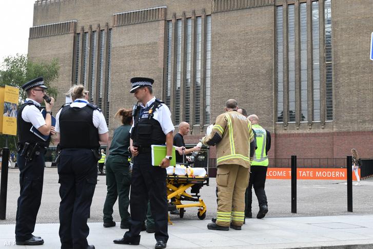 Mentősök és tűzoltók a Tate Modern múzeum előtt, ahol lelöktek egy hatéves gyereket 2019. augusztus 4-én.