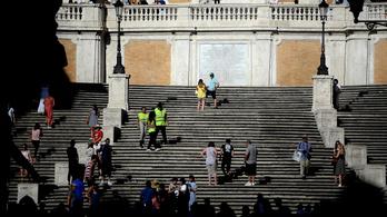 Tilos leülni Róma egyik legszebb lépcsőjén