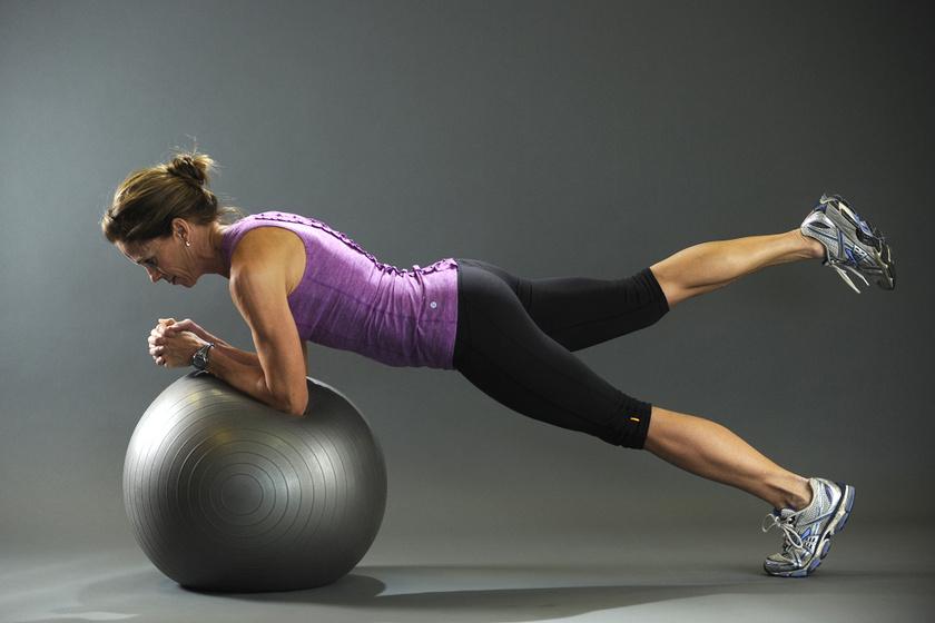 Elképesztően jól formálja a testet ez az otthoni gyakorlatsor: csak egy fitneszlabda kell hozzá