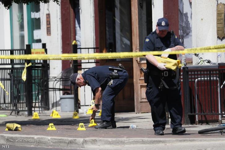 Tömeggyilkosság helyszíne, a daytoni Ned Peppers bár előtt gyűjtenek bizonyítékokat rendőrök 2019. augusztus 4-én