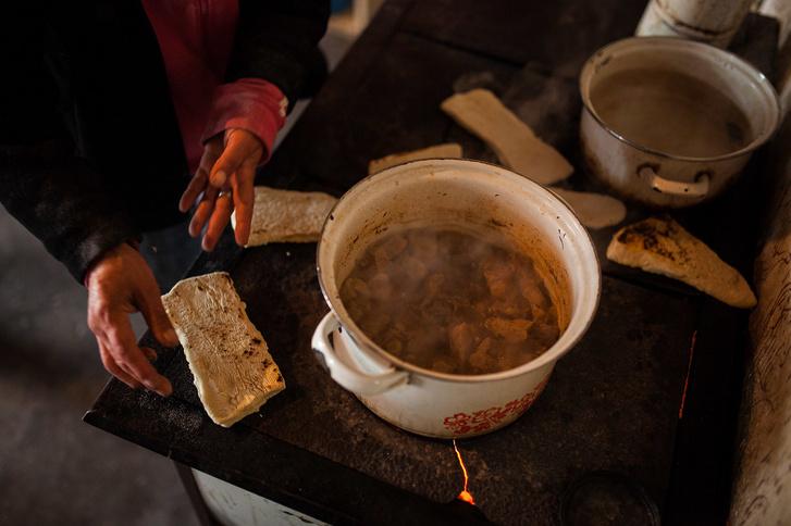 Hó végi ebéd készül egy kelet-magyarországi faluban