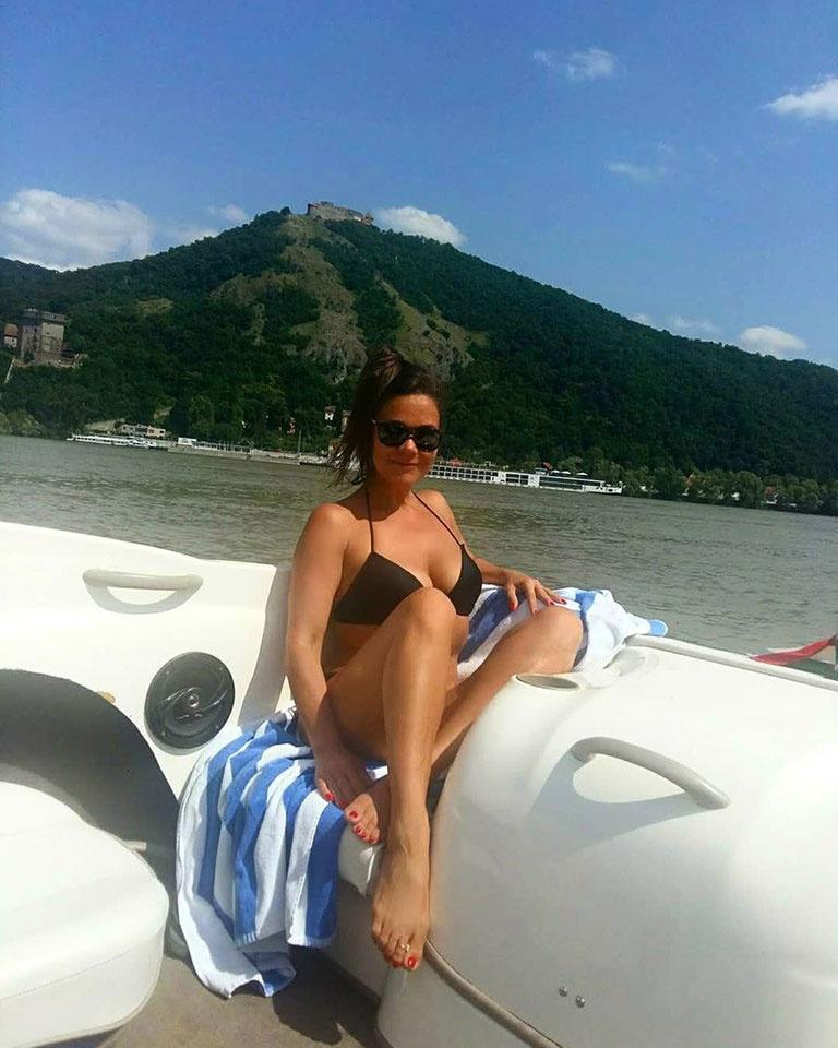 Geszler Dorottya egy hajón Visegráddal a háttérben. Ezzel a bikinis fotóval rengeteg dicséretet gyűjtött be augusztus elején.