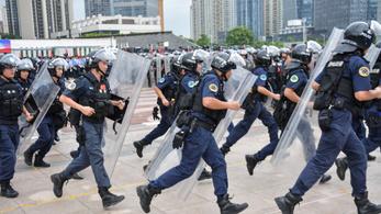 Újabb videóval üzent a kínai vezetés: több ezer rohamrendőr csap szét a tüntetők között