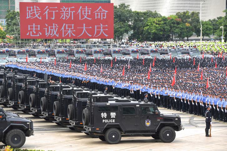 Kínai rendőrök a sencseni gyakorlaton, Hongkong közelében 2019. augusztus 6-án