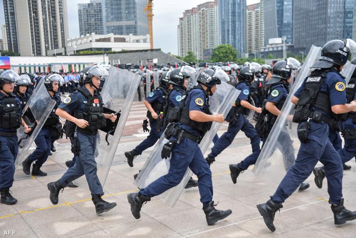 Kínai rohamrendőrök gyakorlatoznak Hongkong határában 2019. augusztus 6-án