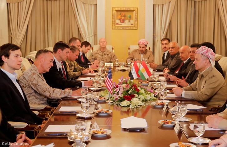 Az iraki kurd regionális kormány (IKRG) elnöke, Masoud Barzani (j) találkozik Joseph Francis Dunforddal, az Egyesült Államok vezérkari főnökével (II. b), az Egyesült Államok elnökének vezető tanácsadójával Jared Kushnerrel (b) és bizottságaikkal az elnök hivatalos rezidenciájában, az iraki Erbilben, 2017. április 04-én