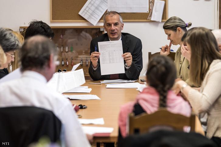 Koncz Levente igazgatóhelyettes (k) az Óbudai Árpád Gimnáziumban