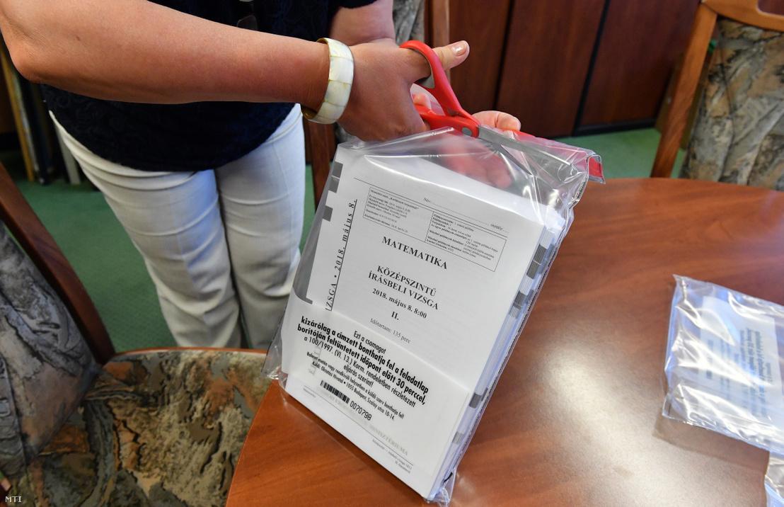 Kibontják a matematika írásbeli érettségi vizsga feladatlapjait tartalmazó tasakot a XVI. kerületi Táncsics Mihály Általános Iskola és Gimnáziumban 2018. május 8-án.