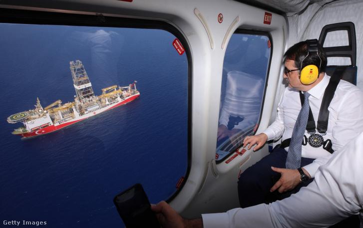 """A török energia- és természeti erőforrásokért felelős miniszter, Fatih Donmez 2019. augusztus 7-én helikopterrel ellenőrzi a """"Yavuz"""" fúróhajót, ami nemrég kezdte meg működését a Földközi-tenger keleti részén."""