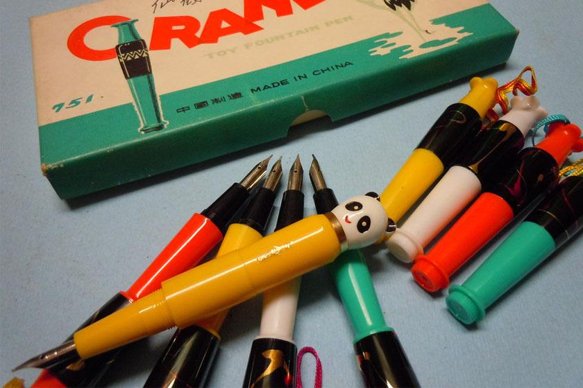 És hogy mi volt a tolltartóban? Patronos töltőtollak, természetesen.
