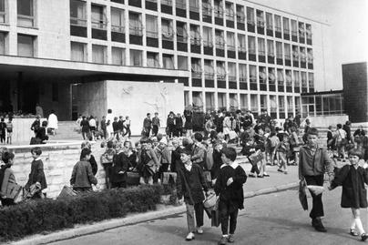 1976-Dunaújváros Ságvári Endre Általános Iskola-Magyar-Hírek-Fol