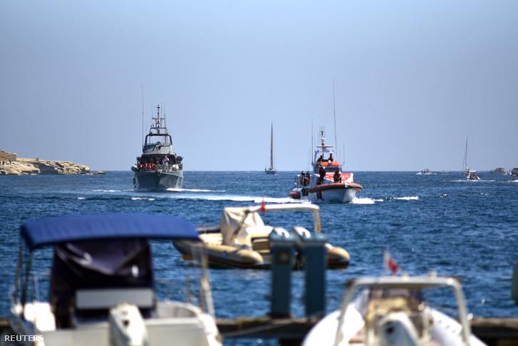 Mentőhajók Málta partjainál