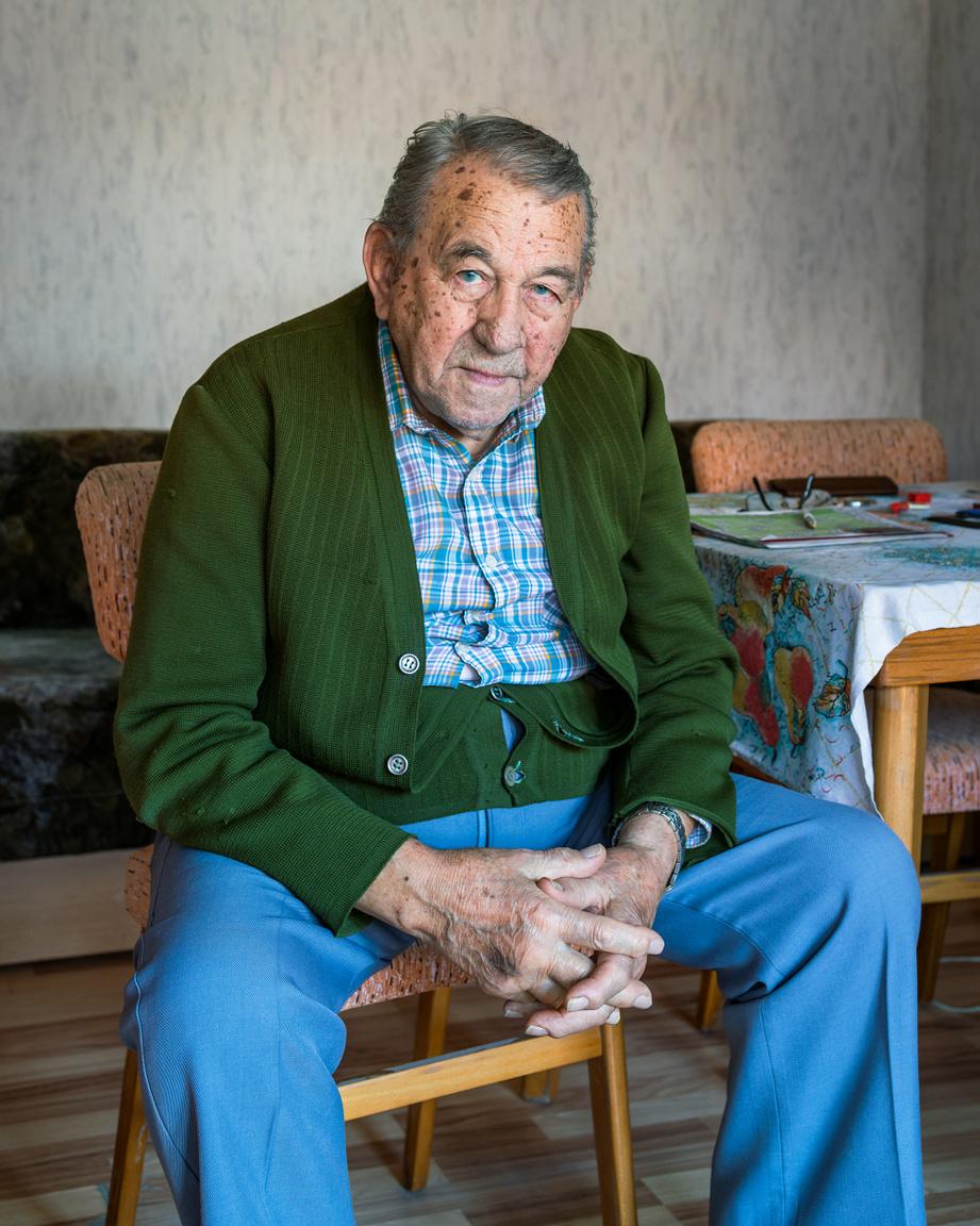 """Paul, 2018                         Amíg Magyarországon volt Fullbright ösztöndíjasként, Marchetti többször is készített portrét olyan magyar férfiakról, akik annyi idősek lehetnek, mint amennyi a saját nagyapja lenne, ha még élne. Az összes ilyen fotó a Paul címet kapta.                           A sorozat Pauljai """"vizuális helyettesítők"""", """"beugrók"""", akik a családtörténet hiányzó szereplőjét hivatottak pótolni.                         A fotós ezeket a portrékat tartja a kedvenceinek a sorozatból, mivel a portrék már  technikai és konceptuális értelemben is  előrelépést jelentenek a korábbi munkáihoz képest."""