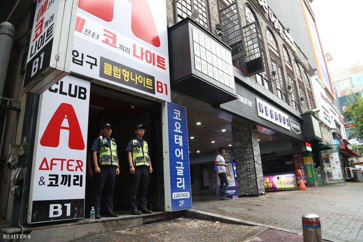Rendőrök az éjszakai bár előtt Kvangdzsuban