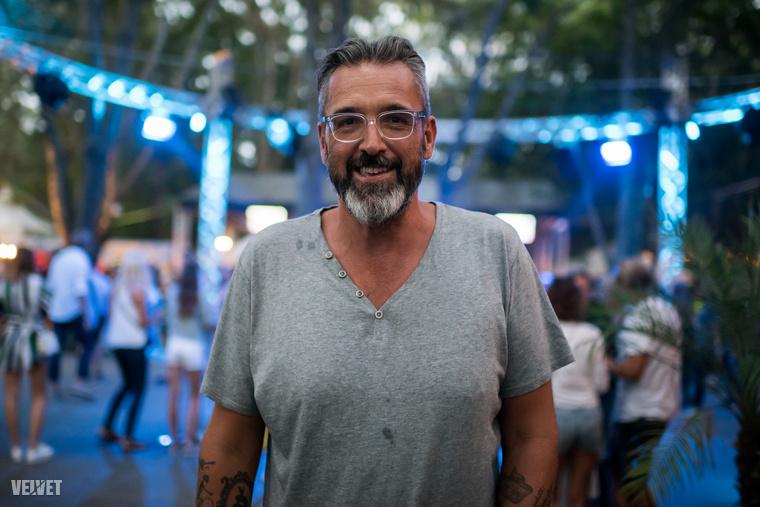 Összefutottunk Rákóczi Ferenc műsorvezetővel is, aki készségesen pózolt nekünk a VIP-részleg kék fényeivel a háttérben.