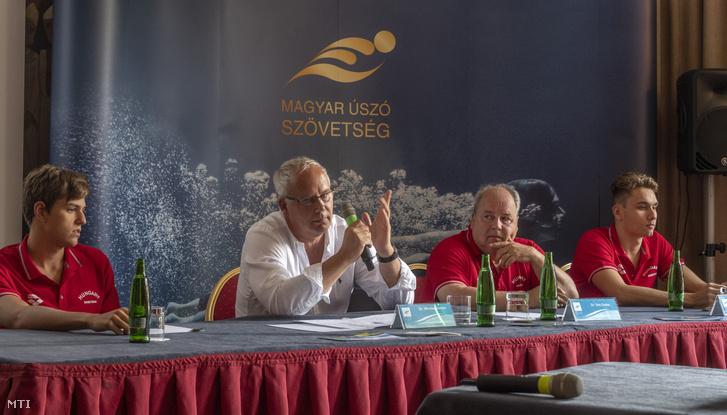 Wladár Sándor, a Magyar Úszó Szövetség elnöke (b2) beszél, mellette Sós Csaba, a magyar úszóválogatott szövetségi kapitánya (j2), Milák Kristóf (j) világbajnoki ezüstérmes és Németh Nándor világbajnoki bronzérmes válogatott úszó (b) a Glasgow-ban augusztus 3-án kezdődő Európa-bajnokságra készülő magyar úszóválogatottról és a kitűzött célokról tartott sajtótájékoztatón a margitszigeti Grand Hotelben 2018. július 31-én