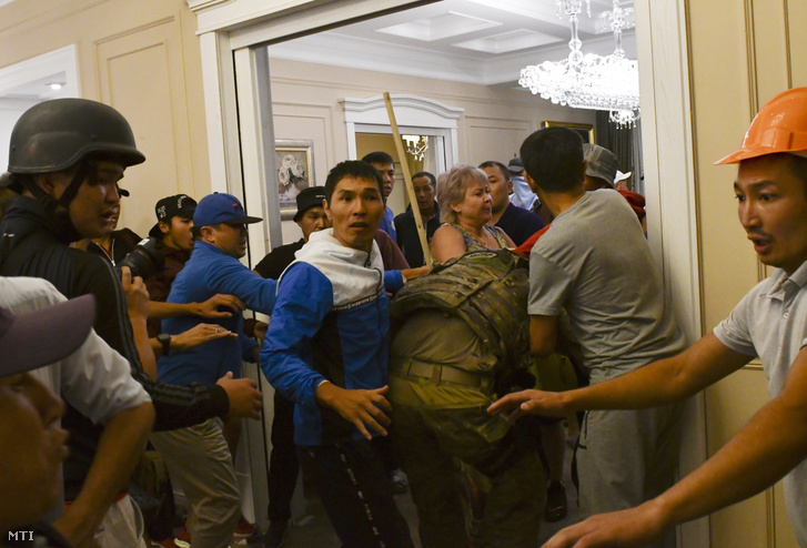 Almazbek Atambajev volt kirgiz államfõ támogatói bántalmaznak egy rendõrségi kommandóst