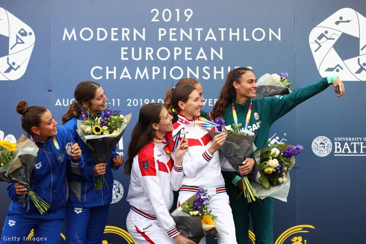 A bronzérmes Barta Luca és Réti Kamilla szelfizik az arany és ezüstérmes csapattal Bath-ban 2019. augusztus 7-én.