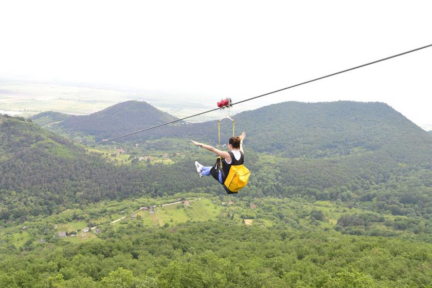 Az ország legizgalmasabb kalandparkja Sátoraljaújhelyen található, ahol az egy kilométer hosszú kötélpályán csúszhatnak át a látogatók a Szár-hegyről a Magas-hegyre 80 kilométer/órás sebességgel. De hagyományos kalandpályaelemeket, libegőt, egy kabinos pályát is kipróbálhattok. Fotó: Facebook/Zemplén Kalandpark Sátoraljaújhely
