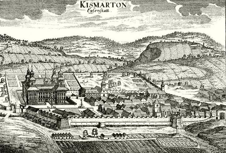 Kismarton fallal kerített városa a barokk kastéllyal. Látszik, hogy az egykori vár a település szélén állt, mögötte terült el az akkor még szabályos, barokk stílusú franciakert. Nem volt könnyű terjeszkedni