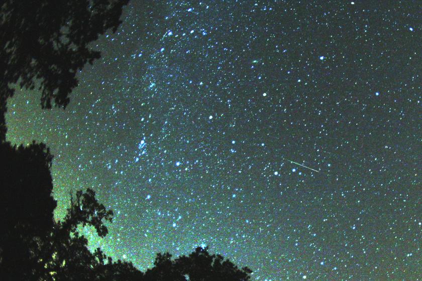 A Perseidák egy hullócsillaga - jobbra középtájt - a Tejút előtt egy 2007-es fotón.