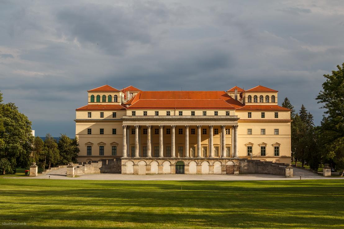 Az Esterházy-kastély hátsó, klasszicista stílusú homlokzata ma. A tervek szerint mindkét oldalon egy-egy szárnnyal bővítették volna az épületet, mely háromszor ilyen széles lett volna. Így érthető a hatalmas oszlopsor és a gigantikus lépcső