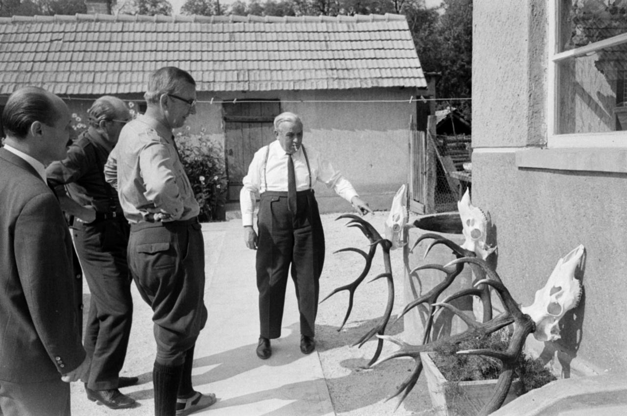 Fehérgalléros trófeamustra 1967-benA vadászok szubjektív ítélete után az agancsokat az Országos Trófeabíráló Bizottság is értékelte súly, hossz, körméret, terpesztés szerint. Véletlen vagy sem, 1969-ben éppen Kádár János szarvasagancsai szerezték meg az országos első és harmadik helyet. Amikor két évvel később Magyarországon rendezték meg a Nemzetközi Vadászati Kiállítást, elvtársi szerénységből-diszkrécióból a vadász neve helyett már csak a vadásztársaság elnevezését szerepeltették.