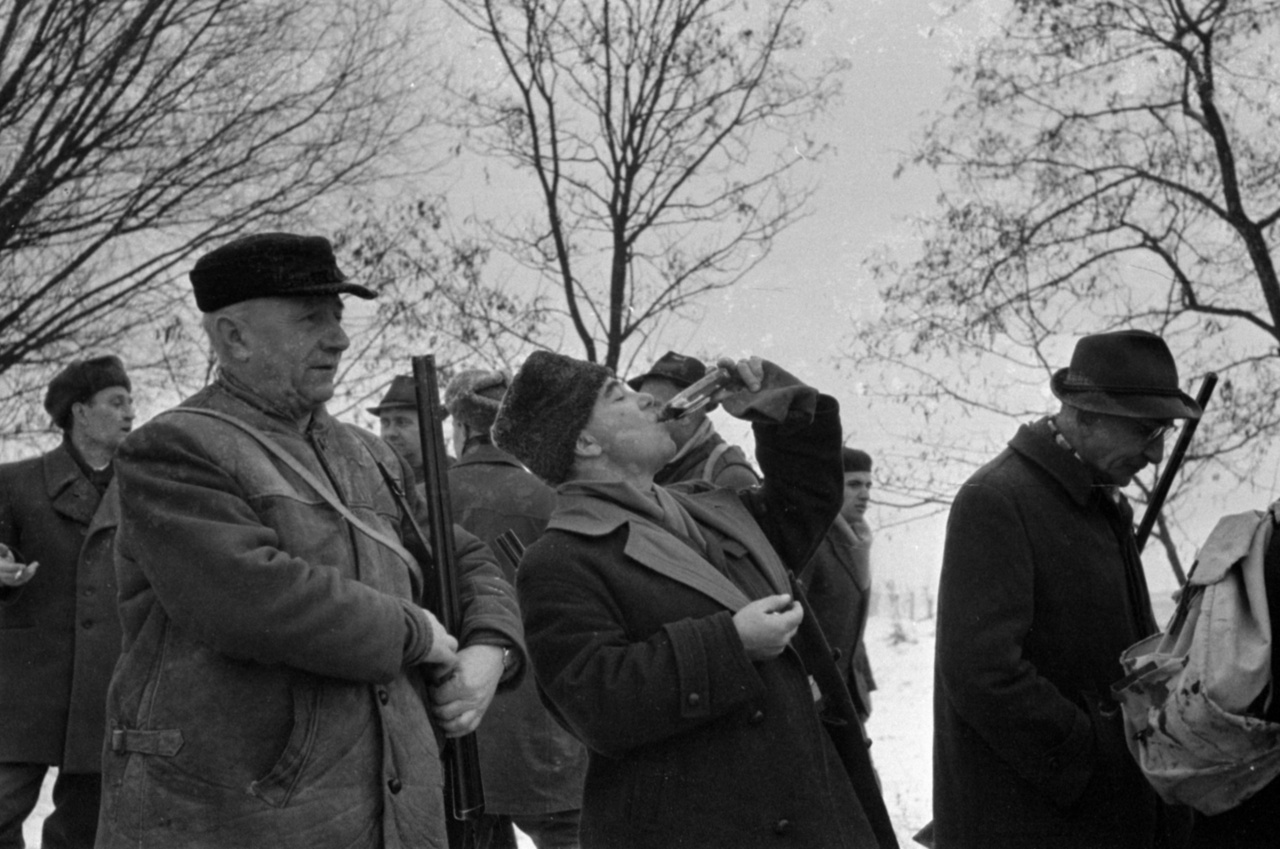 Vadászni az öreg partizánok is szigorúan csak célzóvízzel jártak, 1967A Magyar Partizán Szövetség 1945 után az országban elsőként alapított vadásztársaságot, amelyet a spanyol polgárháborúban elesett kommunista Zalka Mátéról neveztek el. A célzóvíz vagy máshol szemvíz bevétele is ugyanúgy hozzá tartozott a vadászhagyományokhoz, mint az elfenekelés. A szocialista erkölcs és józanság nevében a Magyar Vadász többször cikkezett a vadászat előtti (faluszéli kocsmában gyülekezéskor) vagy vadászat közbeni (társak között körül járó bütykösből) szeszesitalfogyasztás társadalomra veszélyességégéről, és a termoszos forró tea vagy erdei szörp mellett kampányolt.