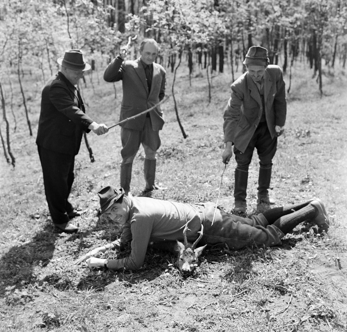 Nyugatnémet kapitalista átesik a vadász-beavatási szertartáson a debreceni Nagyerdőn, 1965Az első önállóan elejtett vad utáni beavatás réges-régi hagyomány, a tapasztalt vadász eredetileg  a vad mellé térdepeltette az újoncot, és bal vállát az akkoriban használatos elöltöltő puska töltő-vesszőjével háromszor megérintve elmondta a vadásszá fogadás szövegét. Mire a nyugatnémet vadászturizmus elérte a kádári Magyarországot, elfenekeléssé alakult a szokás, bár a három ütést Hansi is Szent Hubertus, a vadászok és a vadállomány nevében kapta. Bojár a Magyar Honvédelmi Sportszövetség (MHS) debreceni vadásztársaságának meghívására érkező külföldiekről készített képriportot a Magyar Vadásznak, ez a fotó végül nem jelent meg a szaklapban.
