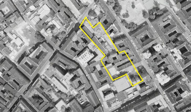 A 15-ös tömb egy 1972-es légifotón, sárgával berajzolva a mai park helye, jól látszanak a háború után keletkezett foghíjak és a kísérleti rehabilitáció során később lebontott hátsó épületszárnyak, szűk udvarok.