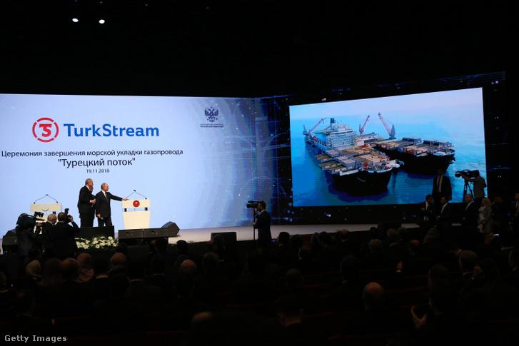 Recep Tayyip Erdogan (b) és Vlagyimir Putyin orosz elnök (j) 2018. november 19-én az Isztambul Kongresszusi Központban (ICC) a TurkStream földgázprojekt tengeri szakaszának befejezéséről rendezett megemlékezésen