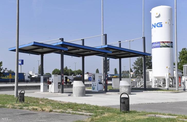 Magyarország elsõ a hazai fuvarozóknak kialakított cseppfolyósított földgázt (LNG) kínáló üzemanyagtöltõ állomása Szigetszentmiklóson az M0-s körgyûrû 19-es kilométerénél található pihenõnél 2019. június 25-én. Az új töltõállomásnak köszönhetõen a magyar üzemeltetõknek is lehetõségük nyílik környezetbarát cseppfolyósított földgázzal mûködõ haszonjármûvek beszerzésére amelyek akár másfélezer kilométeres hatótávval is rendelkezhetnek.