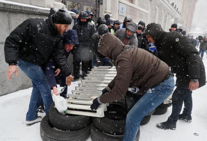 Tüntetõk radiátorokat visznek a Naftohaz ukrán állami gázszolgáltató kijevi irodája elé hogy így tiltakozzanak a szektorban tapasztalható korrupció valamint a gázár emelése ellen