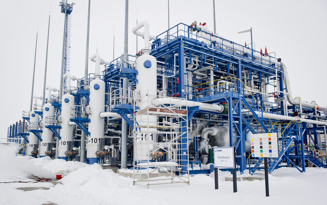 Gázelõkészítõ Algyõn az MMBF Földgáztároló Zrt. szõregi biztonsági gáztározójában. A magyar földgázmezõk a kereskedelmi tárolók és a stratégiai tároló kereskedelmi része zavartalanul táplálják be a földgázt a nagynyomású szállítórendszerbe.