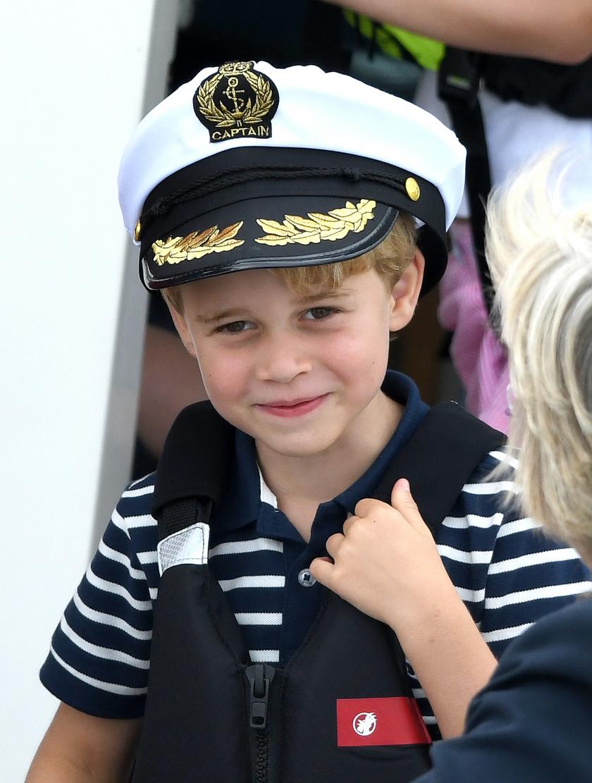 Valami tündéri ez a fotó a kis kapitányról, Györgyről.