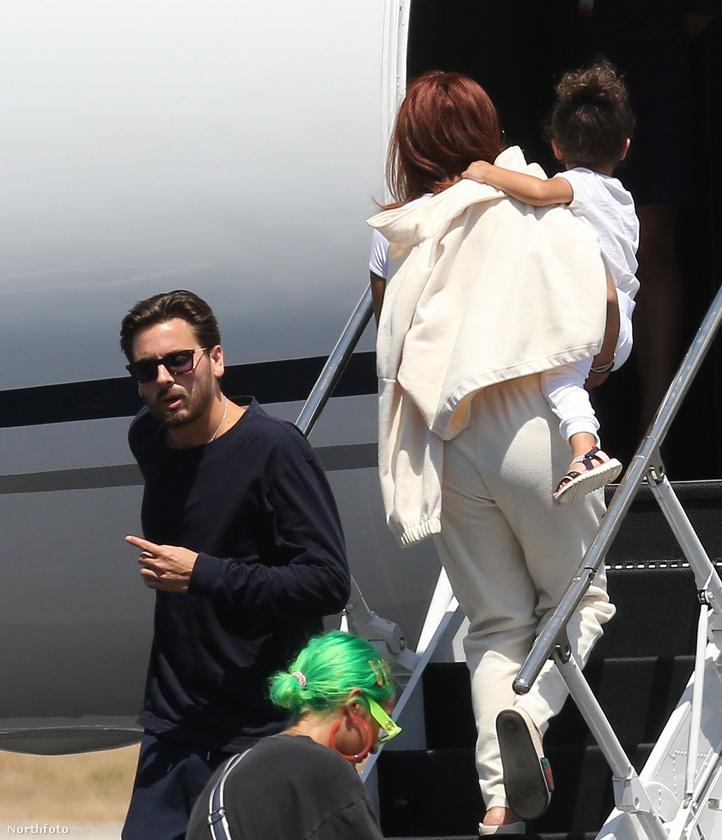 Mindeközben egy dada a pár közös kislányát, Stormit vitte fel a fedélzetre, ahol már biztos, hogy ott van Scott Disick, Sofia Richie...