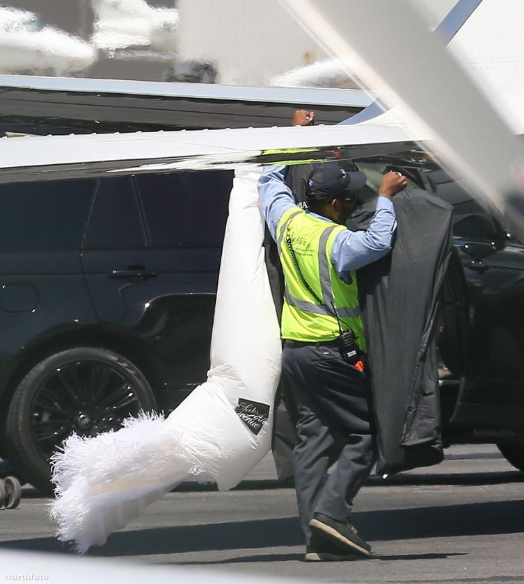 Ugyanis egy szemfüles fotósnak sikerült elkapnia a pillanatot, amikor a Kardashian-Jenner klán személyzetének egyik tagja egy hatalmas, Hattyúk tavát idéző menyasszonyi ruhát cipel