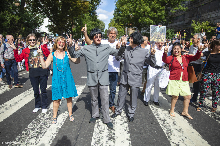 Az Észak-Londonban található Abbey Roadon rengeteg rajongó foglalta el a zebrát és pózolt a kameráknak