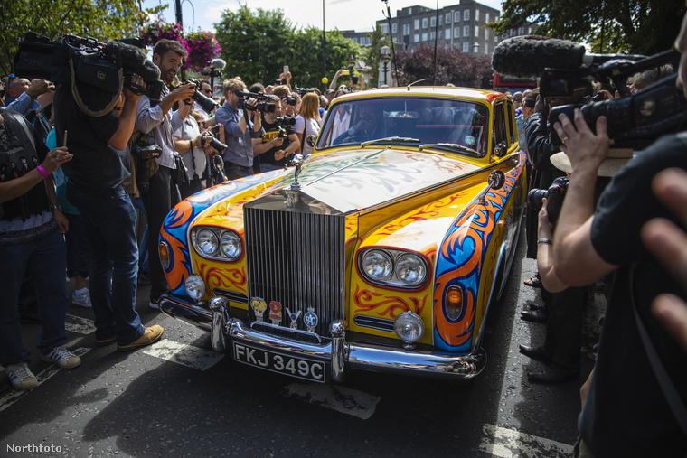 Most,az 50 évvel későbbi megemlékezésen a híres útra egy kidekorált Rolls Royce is begördült,...